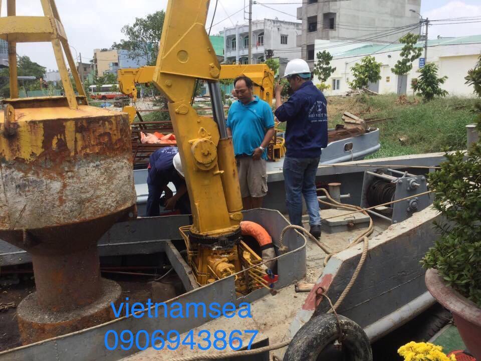 Sửa chữa tàu cẩu 8 tấn cho Công Ty TNHH Xây Dựng Đông Nam Việt